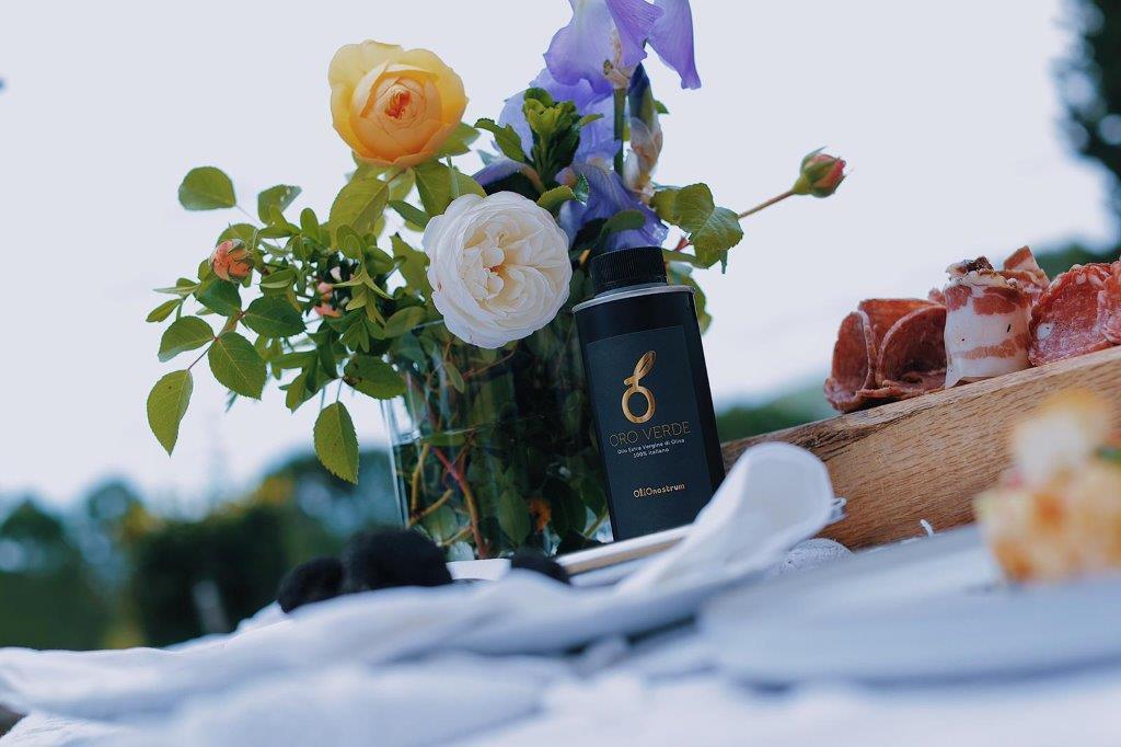 fiori, boccetta di olionostrum, tavola apparecchiata