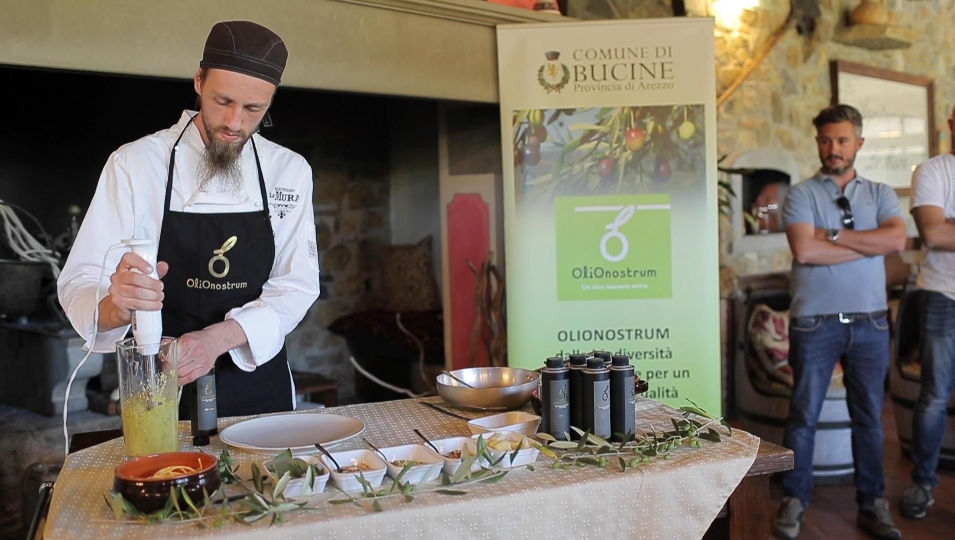 Cuoco sta pestando gli ingredienti per creare il pesto, tavolo con ingredienti