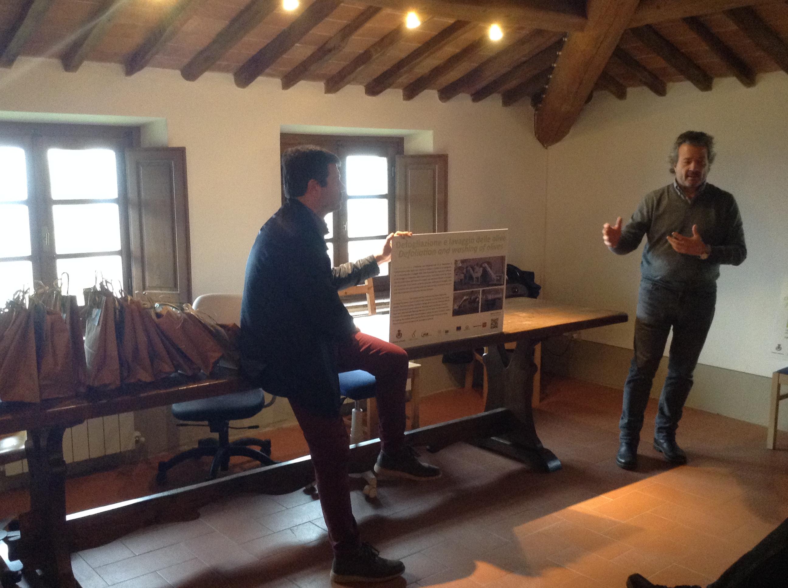 Presentazione con cartelloni, tavolo, referente università e sindaco di Bucine